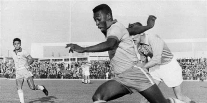 Pelé affronte la Suède en 1960 lors d'un match amical disputé sous le maillot du Brésil.