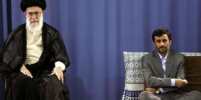 Le guide suprême Ali Khameni confirmant en 2009 la réélection de Mahmoud Ahmadinejad.