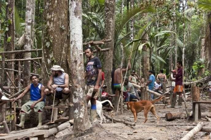 Des orpailleurs clandestins brésiliens capturés par les forces armées françaises en Guyane le 23 juillet 2009.