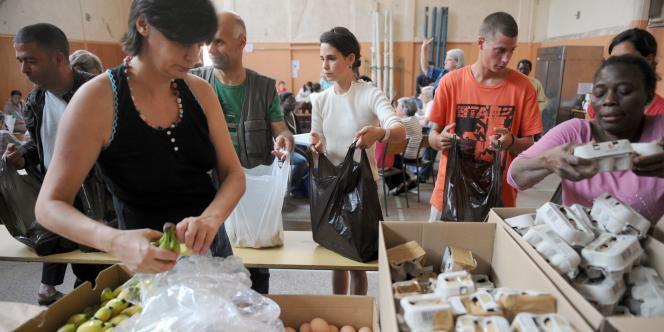 Distribution à l'église Saint-Jean-Baptiste-de-La-Salle à Paris, par l'association Août secours alimentaire.
