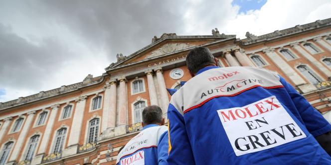 Des salariés de l'usine Molex de Villemur-sur-Tarn sont rassemblés devant la mairie de Toulouse, le 17 juillet 2009.
