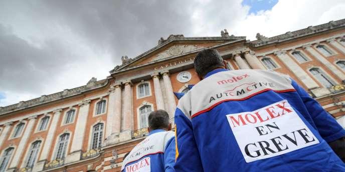 Des salariés de l'usine Molex de Villemur-sur-Tarn, rassemblés devant la mairie de Toulouse le 17 juillet 2009.