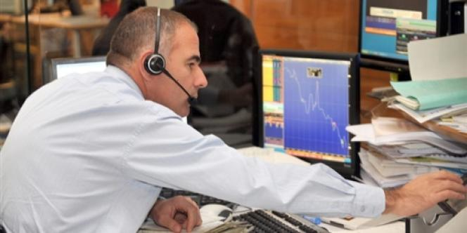 Un salarié d'une société de Bourse travaille dans la salle des marchés, le 21 octobre 2008.