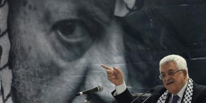 Mahmoud Abbas devant le portrait de l'ancien président Yasser Arafat, en août 2009.