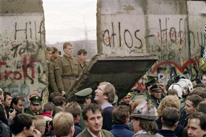 9 novembre 1989 : des milliers d'Est-Allemands franchissent le mur de Berlin qui coupait la ville en deux. Dans les jours qui suivent, les pans de béton tombent les uns après les autres.