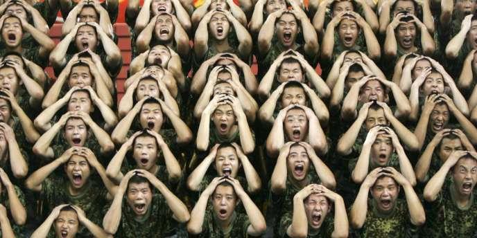 Des soldats de l'armée populaire de libération répètent une comédie musicale intitulé,