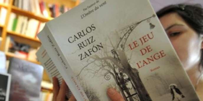 Une cliente d'une librairie à Caen feuillette