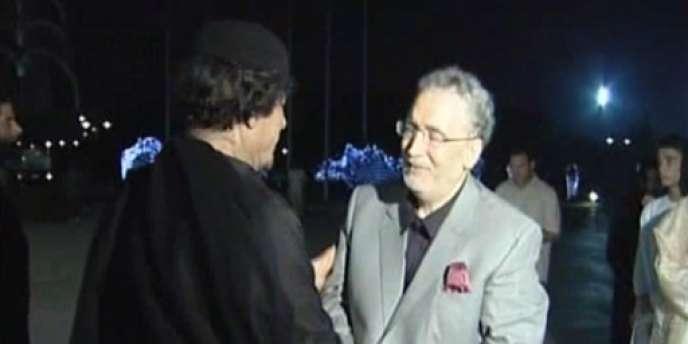 Capture d'écran d'une image de la télévision officielle libyenne du colonel Kadhafi accueillant Abdelbaset Al-Megrahi à son arrivée à Tripoli le 21 août 2009.