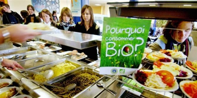 Pour éviter d'exploser le budget des familles, certaines cantines privées de la région parisienne proposent une fois par semaine un repas végétarien, moins onéreux.