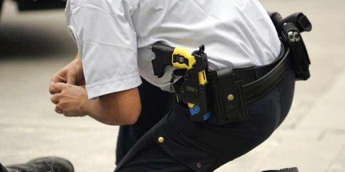 Un policier équipé d'un Taser. A Colombes, les syndicats de police affirment que leurs collègues étaient en situation de légitime défense.
