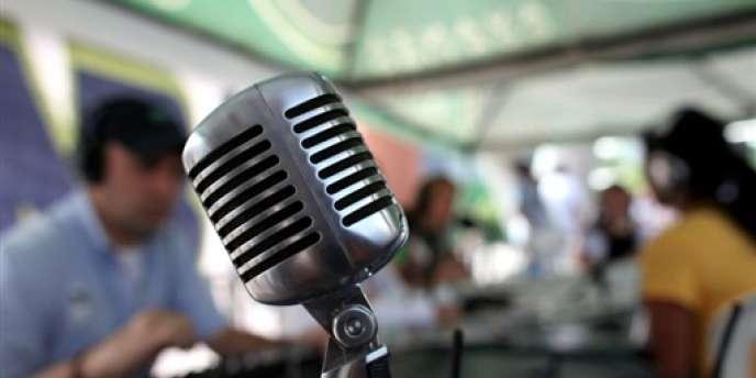La radio reste le média d'accompagnement avec le plus fort développement de nouvelles pratiques : écoute sur téléphone mobile et Internet.