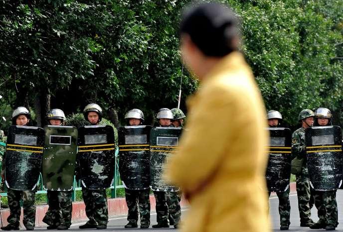 «En 2017, la police chinoise a demandé aux Ouïgours qui résident à l'étranger de revenir, les menaçant d'arrêter les membres de leur famille en cas de refus» (Les forces chinoises déployées à Urumqi, la capitale de la région autonome ouïgoure du Xinjiang, en Chine, en 2009).