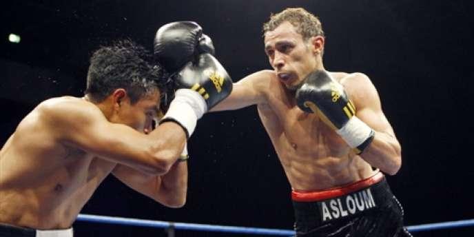 Le boxeur Brahim Asloum (à droite) lors de son dernier match au Cannet, le 27 avril 2009.