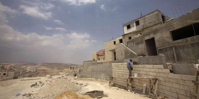 Un ouvrier palestinien sur un chantier à Maalé Adoumim, près de Jérusalem, en mai 2009.