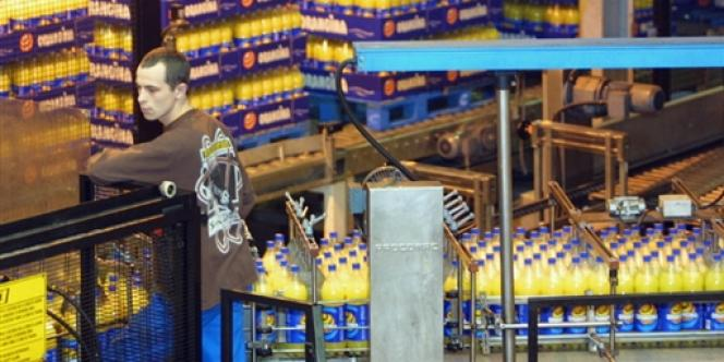 Chaîne dans l'usine d'embouteillage Orangina de Meyzieu.