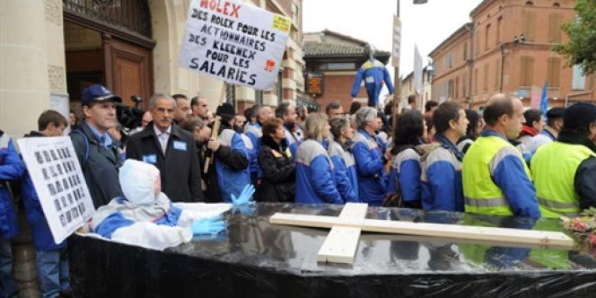Plus de 3 000 personnes manifestent dans les rues de Villemur-sur-Tarn, le 6 novembre 2008, pour protester contre la fermeture de l'usine Molex.