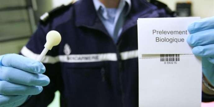 Un kit de prélèvement d'ADN buccal au Service central de préservation des prélèvements biologiques à Cergy-Pontoise, le 12 octobre 2007.
