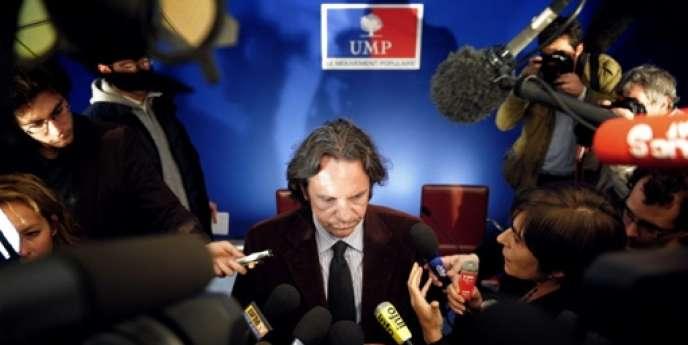 Le porte-parole de l'UMP Frédéric Lefebvre répond aux questions des journalistes, le 20 avril 2009 au siège de l'UMP à Paris.