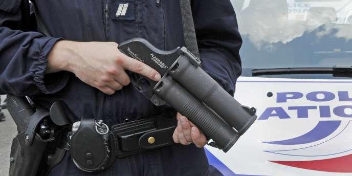 La CNDS épingle également l'usage contestable d'armes diverses, comme le gaz lacrymogène et surtout le lanceur de balles de défense, le Flash-Ball.