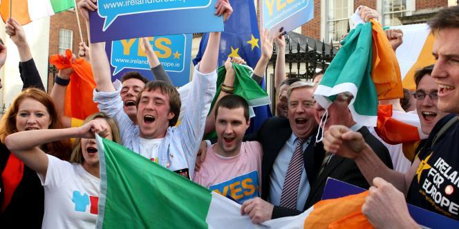Des supporters fêtent la victoire du