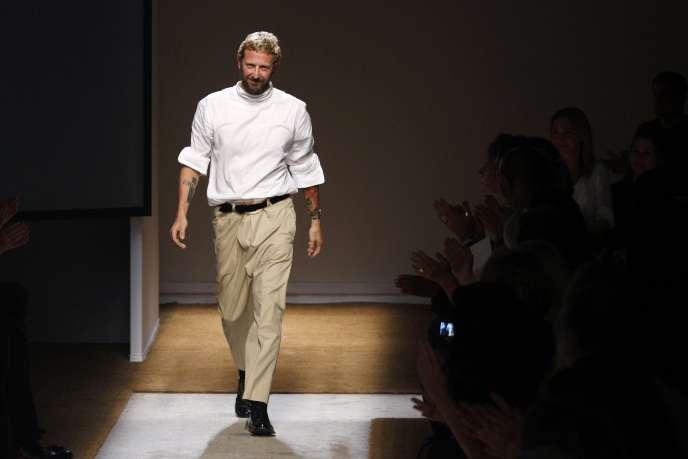 L'Italien Stefano Pilati , alors directeur de la création d'YSL, le 5 octobre 2009, à Paris lors de la semaine de la mode.