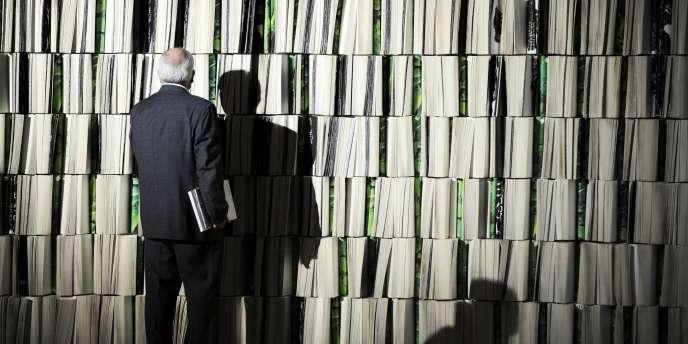 Un visiteur devant une étagère de livres lors de la 61e édition du Salon international du livre de Francfort - qui a lieu jusqu'au 18 octobre.
