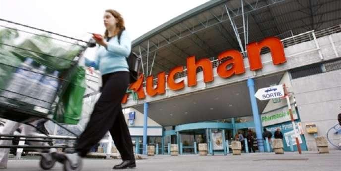 En France, les ventes des 126 hypers Auchan n'ont crû que de 0,3 % à magasins comparables et hors essence. Le groupe rencontre des difficultés dans ce type de magasins et notamment dans le non-alimentaire.