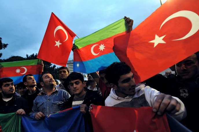 Des supporters de l'équipe de football turque avant une rencontre contre l'Arménie, le 14 octobre 2009 à Bursa en Turquie.