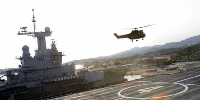 Les bâtiments de projection et de commandement Mistral peuvent emporter 16 hélicoptères.
