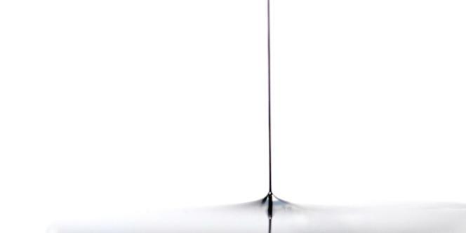 Extraction d'une fibre de nanotubes de carbone hors d'une solution aqueuse juste après sa formation. La fibre est encore dans un état de gel humide. Elle se solidifiera en séchant. Les applications sont diverses : fabrication de matériaux composites, d'électrodes et de textiles conducteurs et résistants. Image réalisée par le Centre de recherches Paul Pascal (C.R.P.P), Pessac (CNRS - UPR8641)