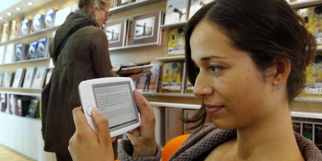 Une femme consulte un livre électronique