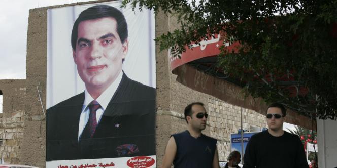Un portrait de Zine El Abidine Ben Ali, dans une rue de Tunis, le 21 octobre 2009.