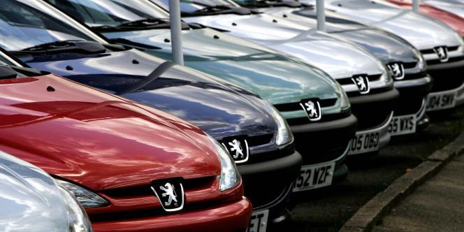 Les groupes français ont connu des trajectoires opposées, PSA Peugeot Citroën perdant 10,8 % quand Renault gagnait 1,3 %.