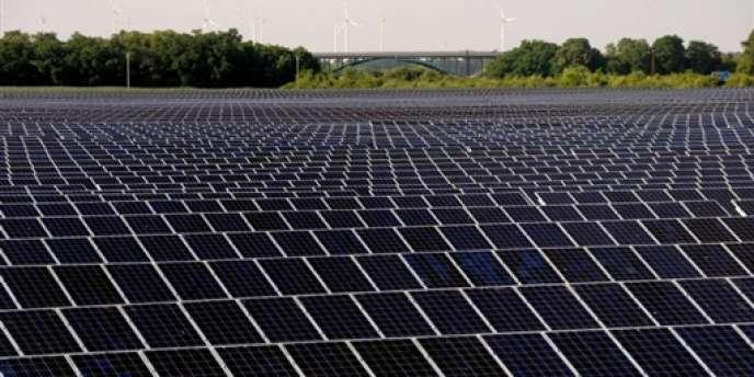 Un champ de panneaux solaires à Bitterfeld-Wolfen, dans l'est de l'Allemagne.