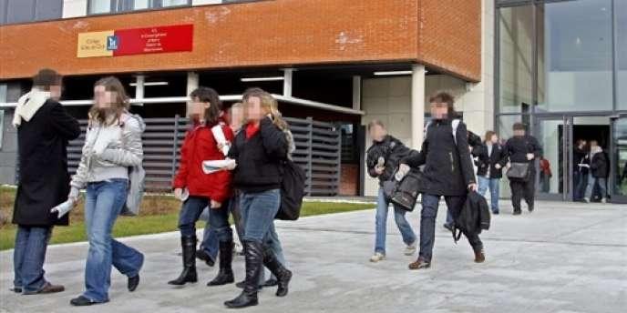 Des élèves sortent du collège Gilles-de-Chin après la fin des cours, en janvier 2008 à Berlaimont, près de Maubeuge.