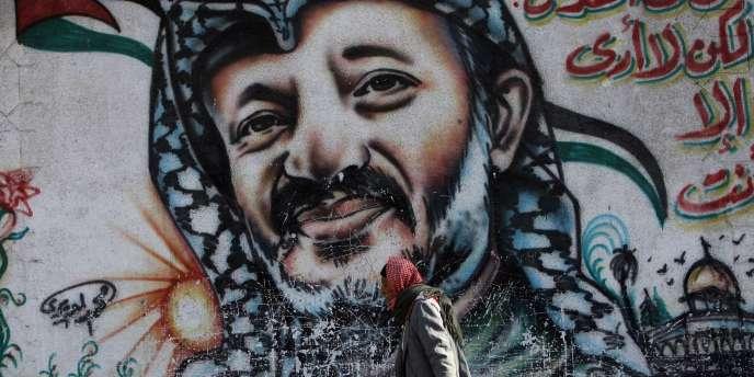 Un homme passe devant un portrait d'Arafat, le 10 novembre 2009.
