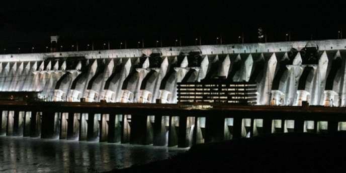 Vue du barrage d'Itaipu, à Foz de Iguaçu, sur le fleuve Parana qui constitue une partie de la frontière entre le Brésil et le Paraguay.