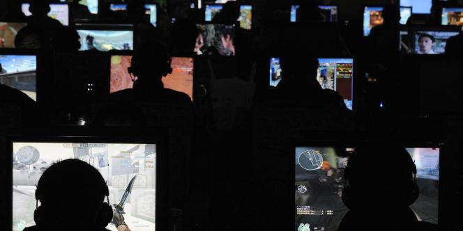 Des utilisateurs d'ordinateurs, dans la province du Shanxi, en Chine.