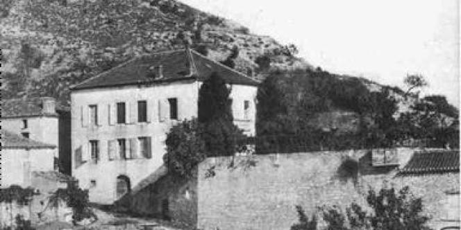 Une ancienne carte postale avec le presbytère de Douelle (Lot).