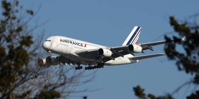 La compagnie proposerait à ses pilotes des primes de 30 000 à 60 000 euros pour les inciter à aller travailler pendant trois ans au sein de sa filiale low cost.
