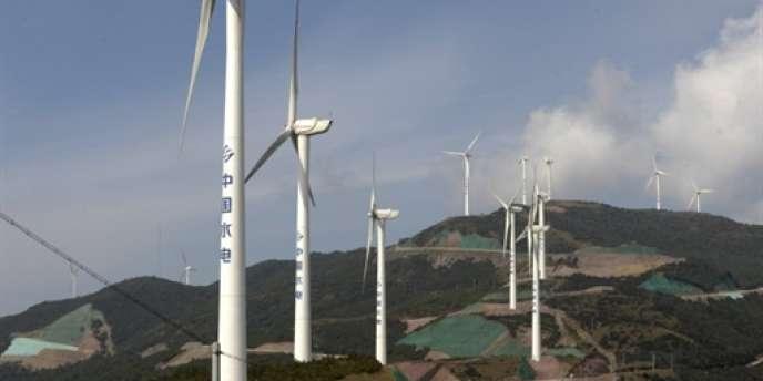 Des éoliennes installées dans la province du Yunnan en Chine, en novembre 2009.