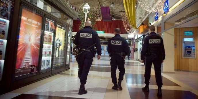 Patrouille de policiers, lundi 23 novembre 2009, dans un centre commercial à Bobigny, dans la Seine-Saint-Denis.