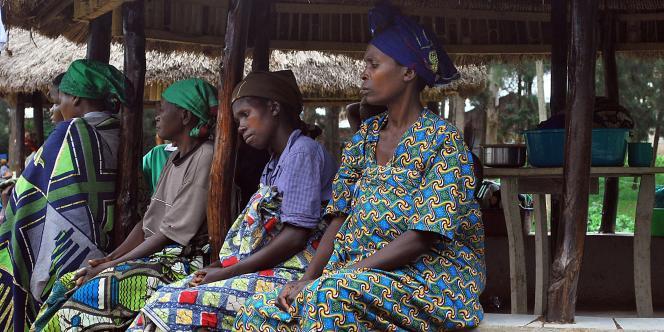 Des femmes attendent à l'entrée de l'hôpital de Panzi du docteur Mukwege, spécialisé dans le traitement des victimes de viol, novembre 2009.