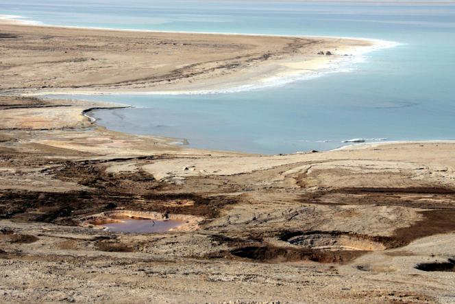 Le niveau de la mer Morte, un grand lac d'eau salée, baisse dangereusement.