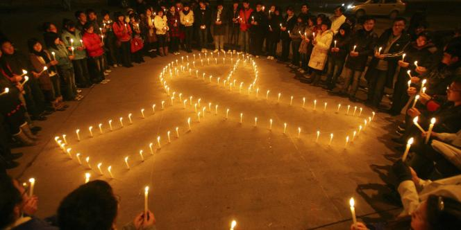 Des étudiants allument des bougies lors de la journée mondiale de lutte contre le sida, à Taiyuan (province du Shanxi).