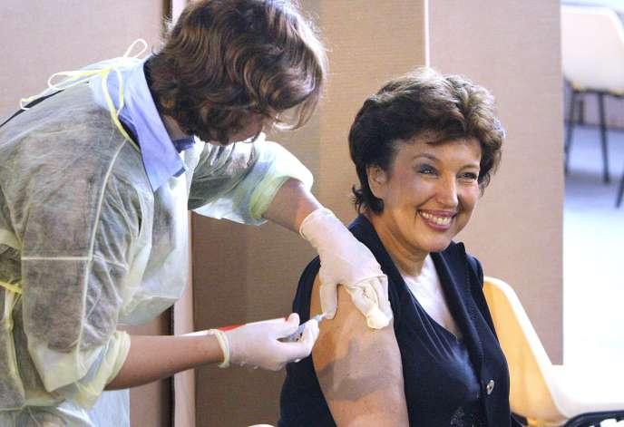 La ministre de la santé, Roselyne Bachelot, s'est fait vacciner contre la grippe A (H1N1) le 12 novembre 2009 devant les caméras, à Paris, pour donner l'exemple.