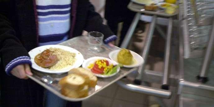 Un plateau-repas dans une cantine scolaire de Caen.