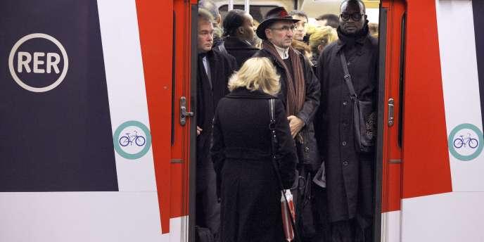 Des voyageurs attendent le départ d'un RER à la station Châtelet, à Paris.