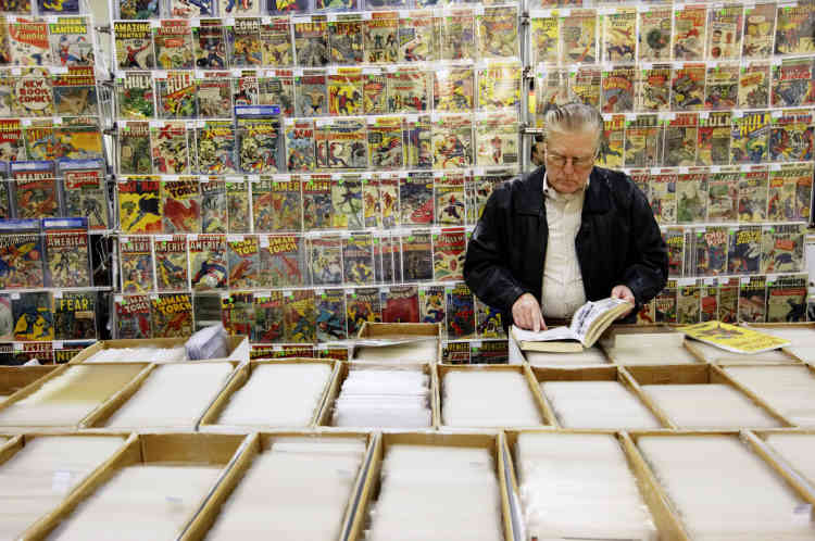A man shops for comic books at the Penn Plaza Pavilion in New York November 17, 2007. The Pavilion and adjacent Hotel Pennsylvania are hosting a three day Big Apple Comic Book, Art, Toy & Sci-Fi Expo, billed as the oldest and longest running show of its kind in New York. REUTERS/Jacob Silberberg (UNITED STATES)