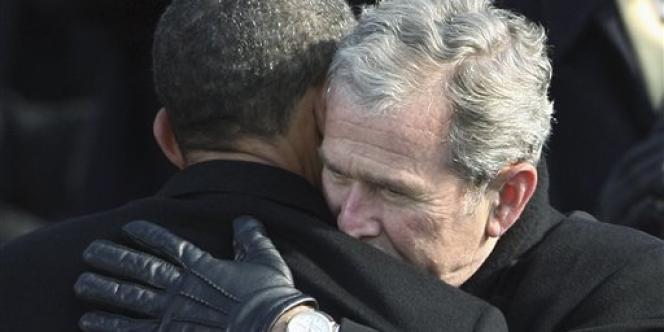 Même dans un régime démocratique, le pouvoir est en général soutenu par l'opinion quand il donne la priorité à la sécurité sur la liberté. (Photo : George W. Bush donne l'accolade à son successeur à la présidence des Etats-Unis, Barack Obama, le 20 janvier 2009.)